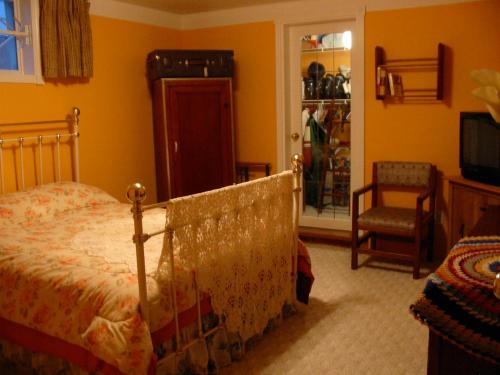 Banff Trail Guest House - Photo 4 of 12