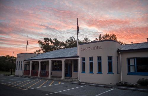 . Garston Hotel & Cafe