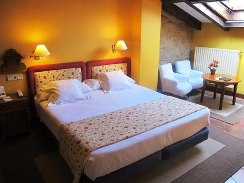 Double or Twin Room with Extra Bed Hotel Obispo 15