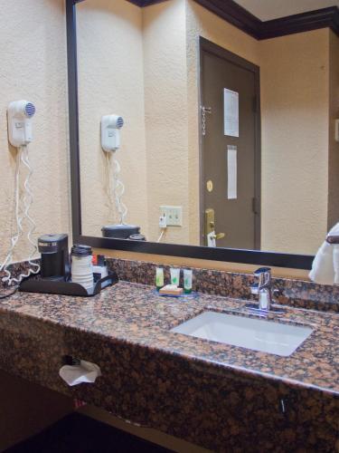Days Inn & Suites By Wyndham Coralville /Iowa City