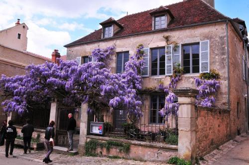 33 Rue St Pierre, 89450 Vézelay, France.
