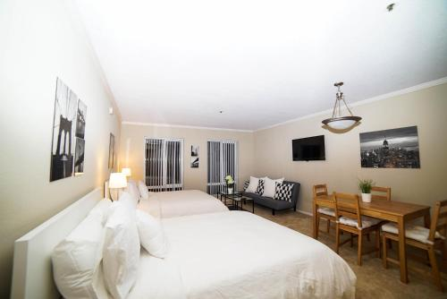 Relaxing Studio On Hollywood Blvd - Los Angeles, CA 90046