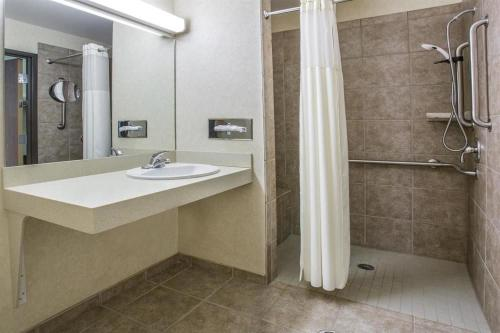 Days Inn By Wyndham Manitou Springs - Manitou Springs, CO 80829