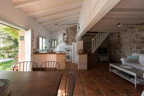 Casa de 2 dormitorios El Vergel de Chilla tiene 3 alojamientos Abejas 1 Abejas 2 y Libélula 22