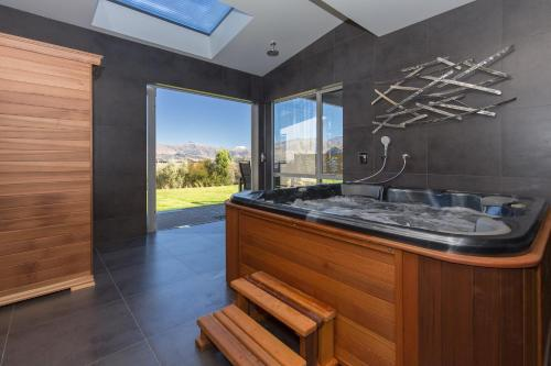 Forest Heights - Sleeps 8 - Lake & Mountain Views - Spa Pool & Sauna - Wanaka