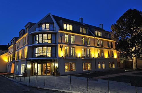 6 Place de Québec, 14400 Bayeux, France.