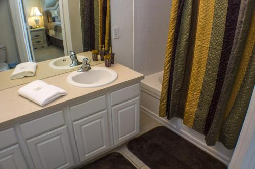 Neil's Windsor Hills Townhouse - Three Bedroom Home - Kissimmee, FL 34747
