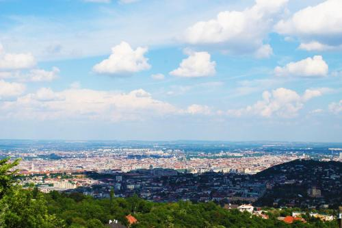 Wonder deer apartment with a best view of Budapest contactless check-in, Pension in Budapest