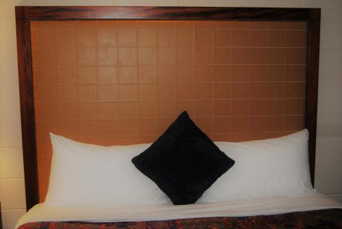 Derrick Motel - Edmonton, AB T6J 5H2