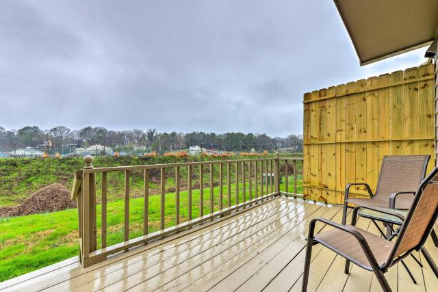 Durham Townhome with Deck - 15 Min to Downtown, DPAC!