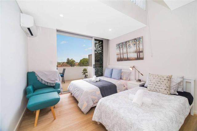 Sydney split level apartment with sydney harbour bridge views
