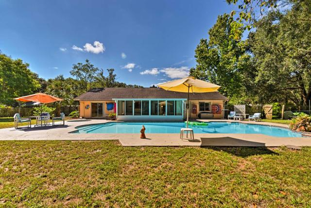 Family Home with Shared Pool Less Than 7 Mi to Wekiva Island