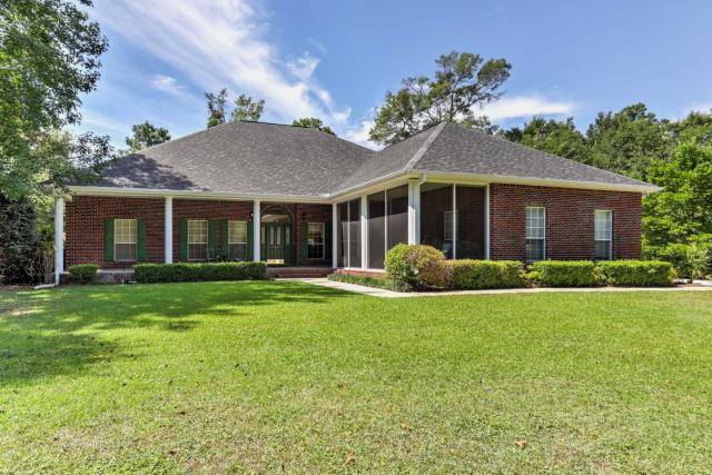 Spacious Milton House with Porch - on Golf Course!