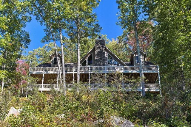 Luxurious Waynesville Family Home with Gorgeous Views