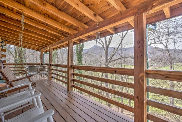Serene Cabin in the Smokies with 2 Decks and Hot Tub!