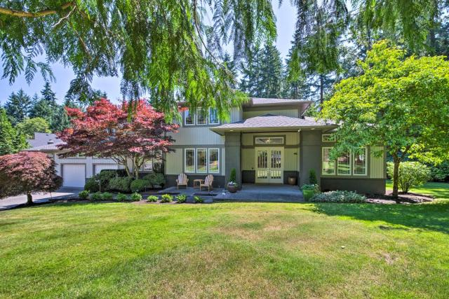 Seattle Home with Fire Pit and Pvt Putting Green