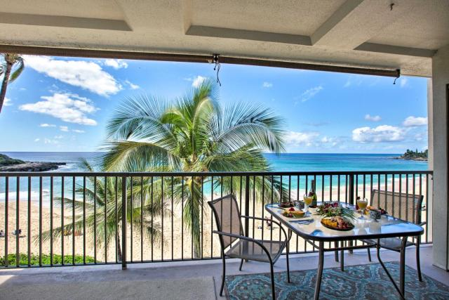 Updated Makaha Condo with Pool and Ocean-View Lanai!