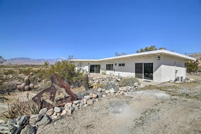 Delightful Desert Home 5mi to Natural Hot Springs