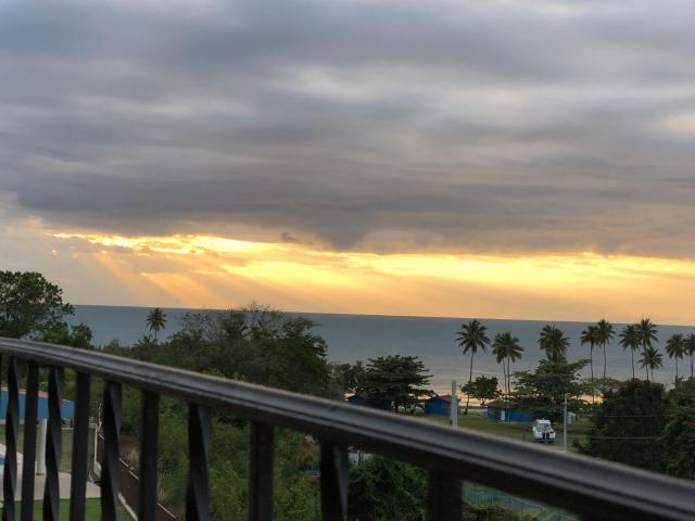 Stunning Sunset View, Walking distance to private beach