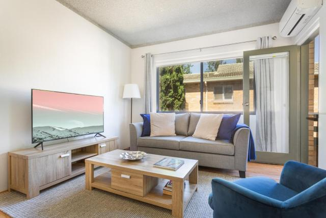 Unit With Balcony, Backyard and Parking Near Shops