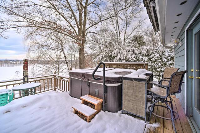 Cozy Retreat with Hot Tub on Sleepy Hollow Lake