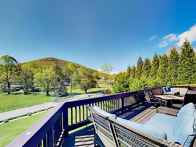 Spacious Mountain-View Retreat - Private Hot Tub home