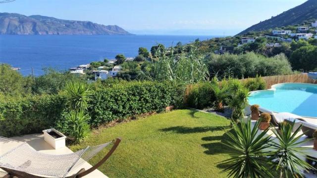 Villa Batanà con piscina e giardino sul mare, Santa Marina Salina