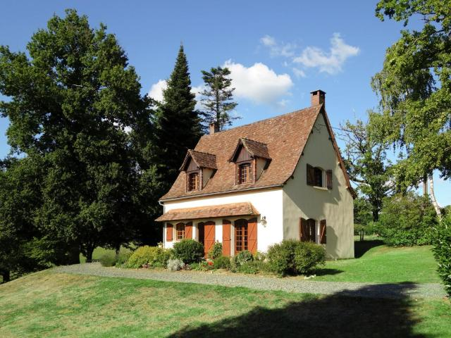 Lovely Villa in La Coquille with Swimming Pool
