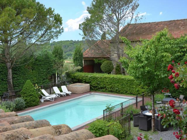 Lavish Villa in Moussac with Swimming Pool
