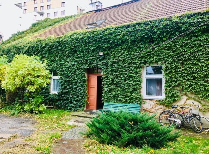 Apartment in Ivy covered house near Old Town