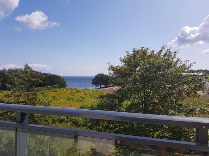 Apartament tuz przy plazy z widokiem na morze, balkonem i hamakami