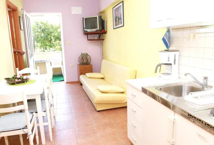 Apartment with 2 bedrooms in Okrug Gornji with enclosed garden and WiFi 60 m from the beach