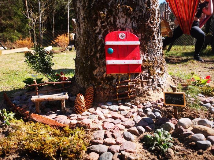 Domek w lesie nad jeziorem