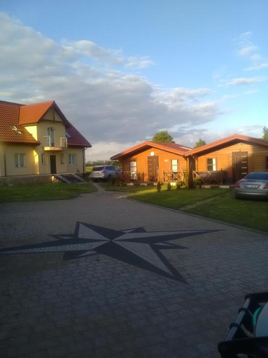 Domki przy nowej plaży i promenadzie w Mikolajkach