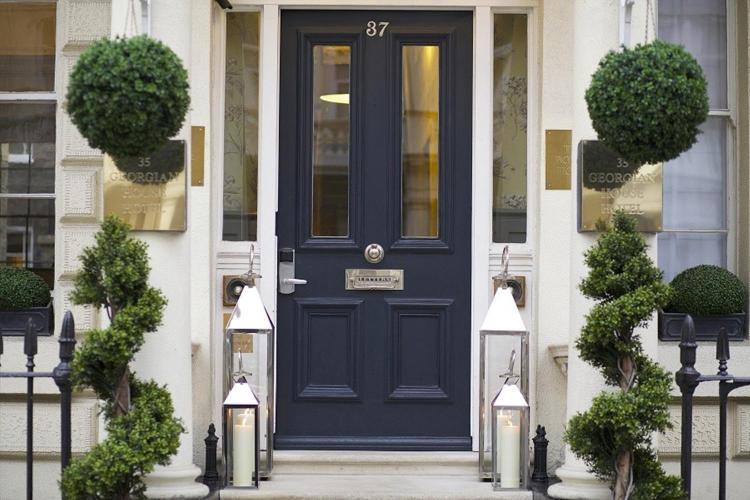 35-39 St George's Drive, London SW1V 4DG, England.