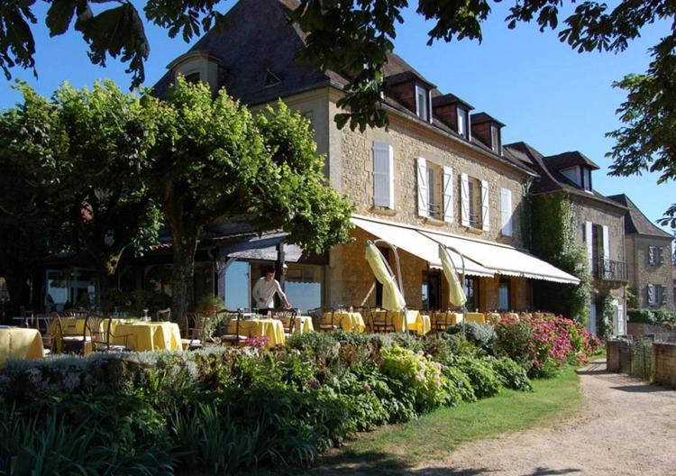 2 rue Pontcarral, Place de l'Esplanade, Domme, 24250, France.