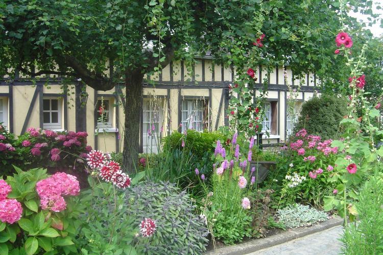 83 Rue de la Constitution, 50300 Avranches, France.