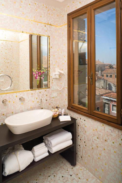 Calle del Tragheto, Dorsoduro 2792A, Venice, Italy.
