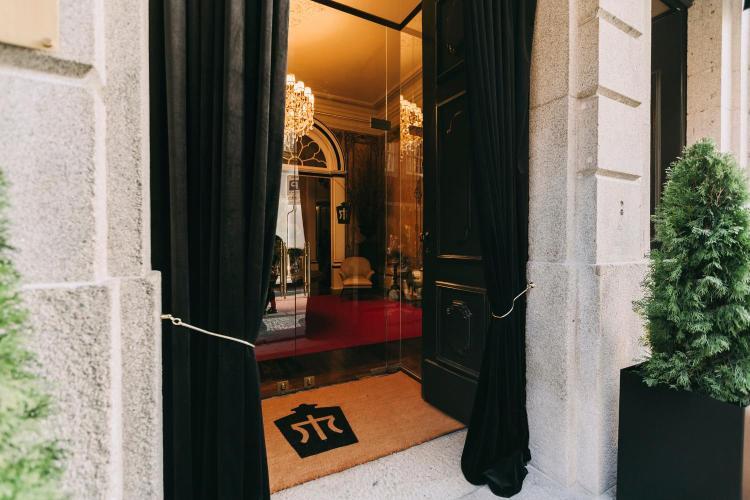 Rua de Entreparedes 42, 4000-198 Porto, Portugal.