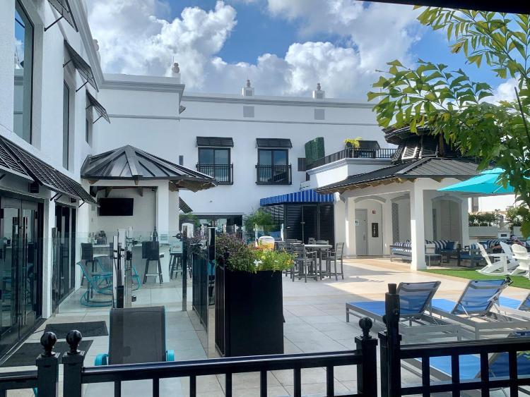 699 5th Avenue South, Naples, Florida 34102, United States.