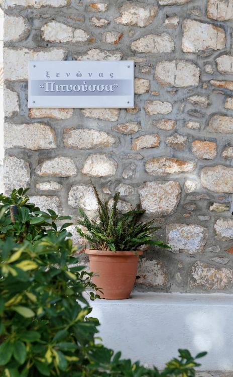 Gíka N. Koulourá, 180 40 Hydra, Greece.
