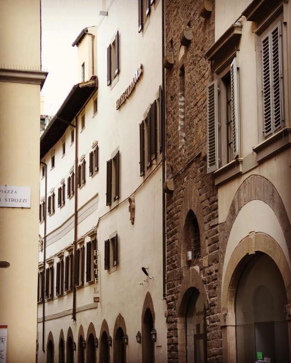 Piazza degli Strozzi 11/r, 50123 Florence, Italy.