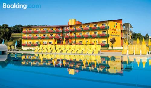 Amplio apartamento de dos dormitorios con piscina