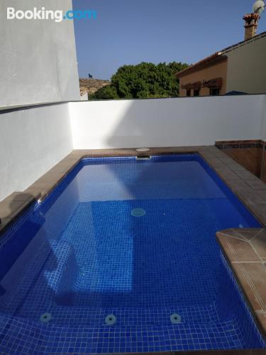 Apartamento con wifi con piscina.