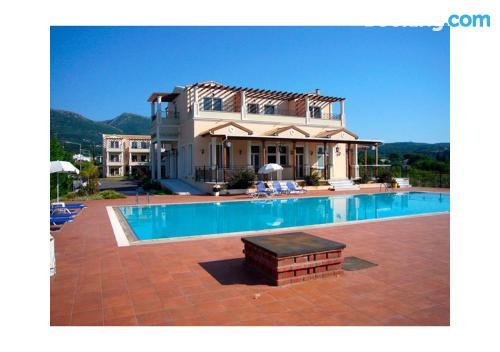 Buena zona con piscina en Acharavi con terraza y wifi.