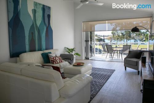 Espacioso apartamento de dos habitaciones con vistas y conexión a internet