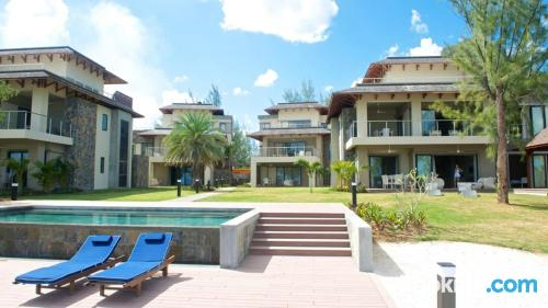 Apartamento con piscina, vistas y wifi