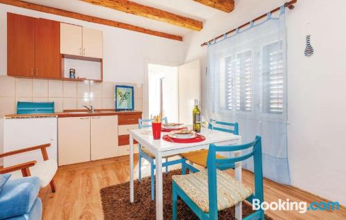 Bonito apartamento dos personas en Novi Vinodolski.