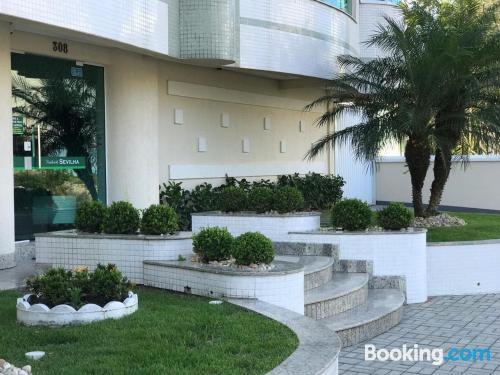 Apartamento en Bombinhas con aire acondicionado.