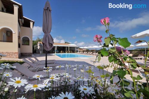Apartamento con piscina con terraza y internet.